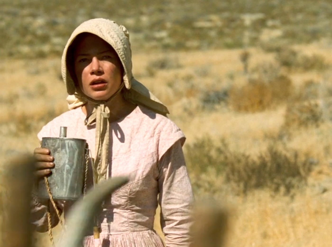 Que regarde Mrs. Tetherow (Michelle Williams)?